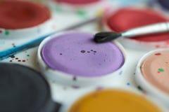 Placez les peintures d'aquarelle et le plan rapproché de brosse Image stock