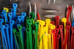 Placez les serres-câble colorés images stock