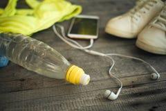 Placez pour des activités de sports Chaussures de course et bouteille de l'eau, PS Photographie stock libre de droits