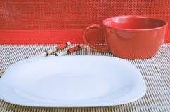 Placez pour des sushi dans la perspective d'un mur rouge Photographie stock libre de droits
