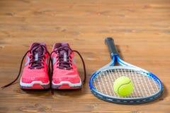 Placez pour jouer le tennis - espadrilles, raquette et boule Images libres de droits