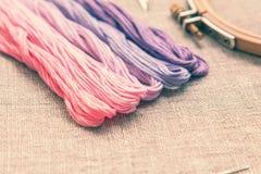 Placez pour la broderie avec la couleur de violette de fil Photographie stock libre de droits
