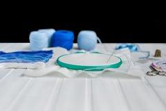Placez pour la broderie, cercle de broderie, tissu de toile, fil, ciseaux, lit d'aiguille brodé Photo stock