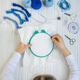 Placez pour la broderie, cercle de broderie, tissu de toile, fil, ciseaux, lit d'aiguille brodé Image stock