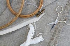 Placez pour la broderie, l'aiguille de vêtement, le fil, les ciseaux et l'embroid Photos stock