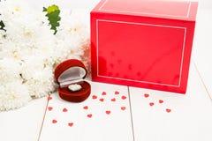 Placez pour le jour de valentines avec le coeur de bijoux dans le boîte-cadeau, fleurs Photo stock