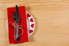 Placez pour le jour du ` s de Valentine de célébration sur la table en bois Photographie stock libre de droits