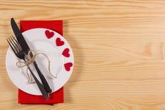 Placez pour le jour du ` s de Valentine de célébration sur la table en bois Photo libre de droits