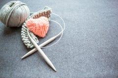 Placez pour le tricotage : aiguilles de tricotage, fils de coton attachés, commencés Images libres de droits