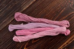 Placez pour les fils roses pour la broderie Image stock