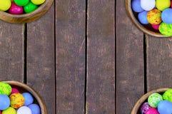 placez quatre cuvettes de blanc bleu bleu de jaune doux rond lumineux coloré de sucreries sur un fond vertical de conseil photographie stock