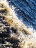 Placez a une petite vague de mer Photo stock