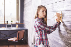 Placing notepad against wall Royalty Free Stock Photo