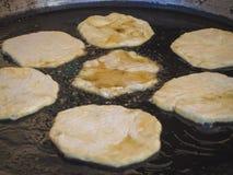 Placinta tradizionale rumeno è fritto in una grande padella immagine stock libera da diritti