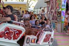 Plaerrer, Augsbourg Allemagne, LE 22 AVRIL 2019 : jeunes familles appr?ciant leur temps avec des enfants dans un tour de carnaval images stock