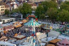Plaerrer, Augsburg Duitsland, 22 APRIL, 2019: mening uit het ferriswiel over Augsburger Plaerrer Swabia grootste funfair stock fotografie