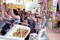 Plaerrer, Augsburski Niemcy, KWIECIEŃ 22, 2019: młode rodziny cieszy się ich czas z dzieciakami w karnawałowej przejażdżce zdjęcia royalty free