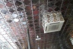 Plafond argenté dans un restaurant Photo stock