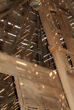 Plafond d'un bâtiment en bois s'effondrant de ferme avec des modèles de lumière du soleil et d'ombre Photo libre de droits