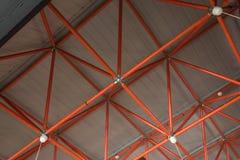 Plafond d'usine fait de tuyaux rouges photographie stock libre de droits