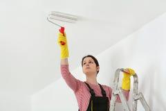 Plafond de peinture de jeune travailleur dans une chambre Images stock