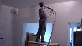 Plafond de polissage de travailleur professionnel avec la machine de papier sabl? de meulage clips vidéos
