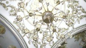 Plafond des fresques avec le lustre en cristal longueur Vue de dessous sur le plafond frescoed illuminé en égalisant la lumièr clips vidéos