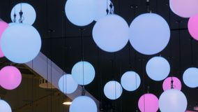 Plafond die geleide bal bewegen stock videobeelden