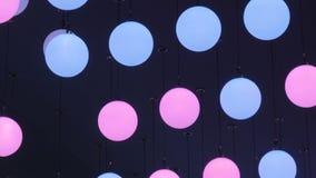 Plafond die geleide ballen bewegen stock footage