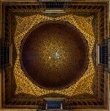 Plafond du ³ n de los Embajadores de Salà dans le vrai ZAR de ¡ d'Alcà de Séville photo stock