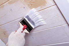 Plafond en bois de peinture enfilée de gants de main Photos libres de droits