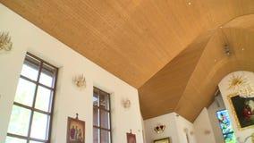 Plafond en schilderijen van nieuwe moderne houten kerk stock footage