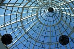 Plafond en verre et en acier avec des décorations photographie stock libre de droits