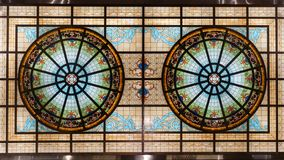 Plafond en verre souillé, toit coloré de bâtiment de vitrail photographie stock