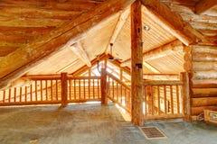Plafond et escalier de cabine de log. photos libres de droits