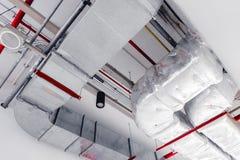 Plafond het koelen airpipe de ventilatie van de luchtroutelucht stock afbeelding