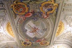 Plafond het schilderen in een oud Spaans kasteel stock afbeeldingen