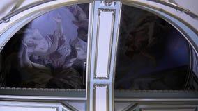 Plafond met fresko's en goud gevormde kolom lengte Mooie antieke binnenlandse architectuur met schilderachtig stock videobeelden