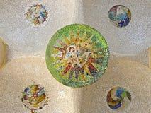 Plafond met mozaïekzon van Park Guell Stock Afbeelding