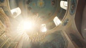 Plafond met muurschilderingen en kroonluchter in kerk stock video