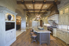 Plafond rayonné par bois avec des tabourets à l'île de cuisine Images stock