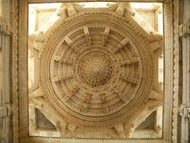 Plafond renversant de stuc de temple de jaïnisme image libre de droits