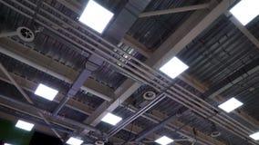 Plafond van de grote industriële bouw met de pijpen van de luchtleidingsventilatie stock video