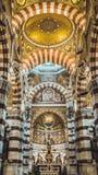 Plafonds hypnotisants d'église de Marseille image stock