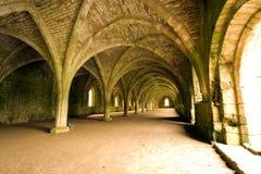 Plafonds sautés dans l'abbaye de fontaines dans Yorks du nord images stock