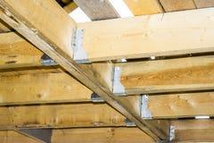 Plafondstralen - vloeren in een houten kaderhuis, metaalbevestigingsmiddelen royalty-vrije stock fotografie