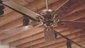 Plafondventilator op houten dak Houten Dakachtergrond Koel ventilator stock videobeelden