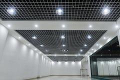 Plafonniers menés sur le plafond commercial moderne de bâtiment image libre de droits