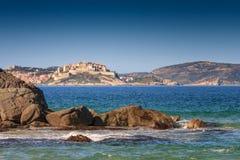 从Plage采取的卡尔维城堡de Petra Muna,可西嘉岛 免版税库存照片