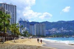 Plage à Acapulco avec des touristes photo stock